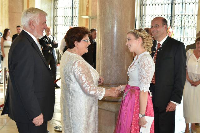 Sommerempfang des Bayerischen Landtags - Begrüßung der Bayerischen Bierkönigin Sabine-Anna Ullrich durch Landtags-Präsidentin Barbara Stamm