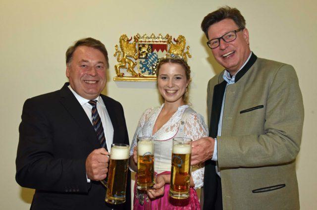 Antrittsbesuch der neuen Bayerischen Bierkönigin 2016 Sabine-Anna Ullrich zusammen mit Georg VI. Schneider (Präsident Bayerischer Brauerbund e.V.) bei Staatsminister Helmut Brunner (li.)