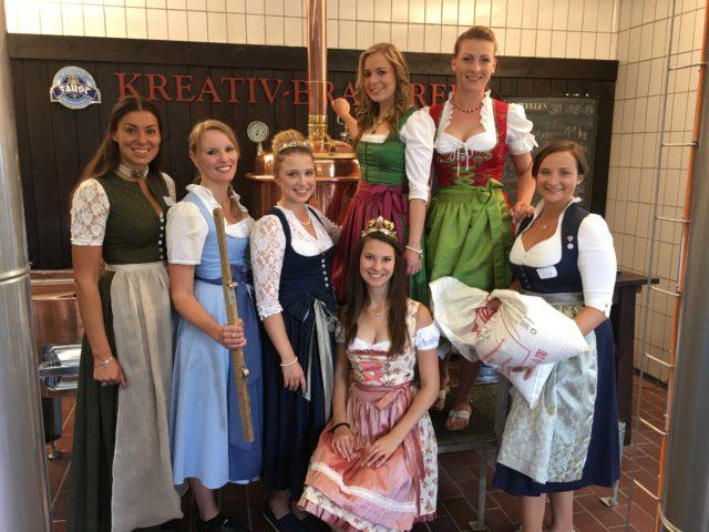 Bierbrauen mit (fast) allen bisherigen Bayerischen Bierköniginnen, der Unterfränkischen Weinkönigin und der Hallertauer Hopfenkönigin, Brauerei Faust OHG, Miltenberg