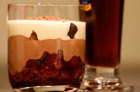Lebkuchen-Kirsch-Dessert mit Dunkelbierschaum