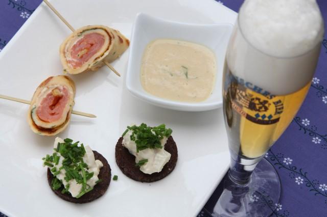 Raeucherlachs_Crepeteig_Dill-Senf-Sauce_Pumpernickelhaeppchen-Kaesecreme-Birnen