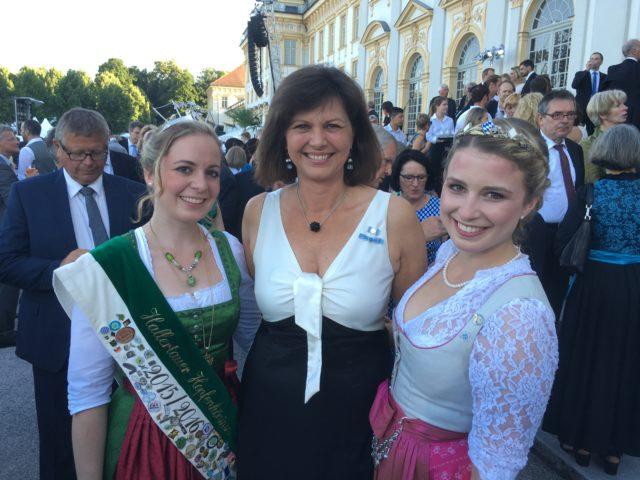 Die Hallertauer Hopfenkönigin Anna Roßmeier und die Bayerische Bierkönigin Sabine-Anna Ullrich mit der stellv. Ministerpräsidentin und bayerischen Wirtschaftsministerin Ilse Aigner