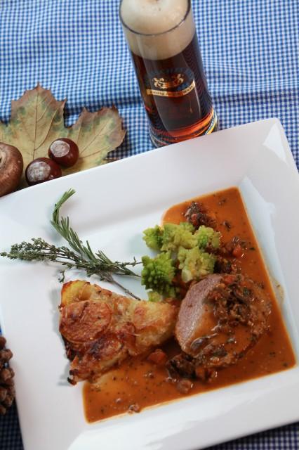 Kalbsnuss gedünstet in Biersenfsauce mit Estragon, Kartoffel-Zwiebel-Gratin und Romanesco