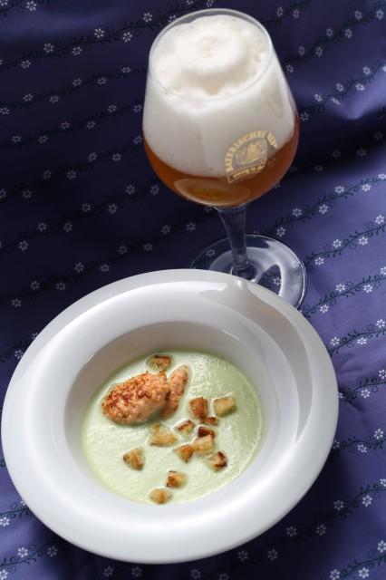 Grüne Gurken-Paprika-Suppe mit Lachsnocken
