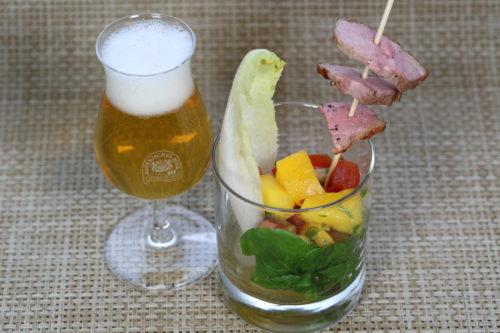 Entenbrust mit scharfer Mango-Salsa auf Salat und einem Pale Ale