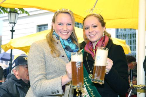 Bayerische Bierkönigin 2015 Marlene Speck (li) und Hopfenkönigin 2015 Anna Rossmaier (re)