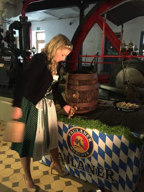 Bayerische Bierkönigin 2016-2017 Sabine-Anna Ullrich beim Anzapftraining