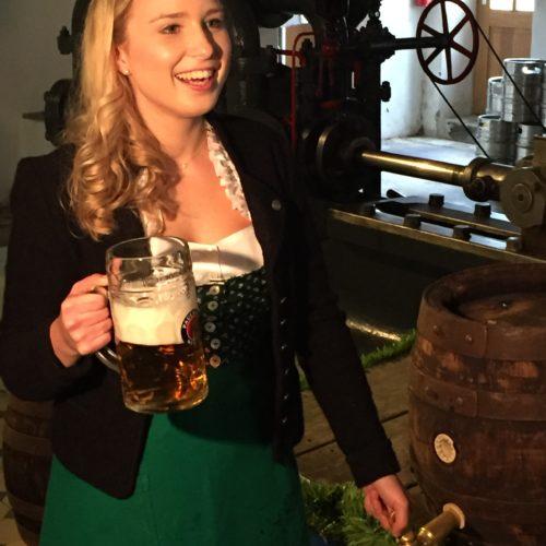 Bayerische Bierkönigin 2016-2017 Sabine-Anna Ullrich nach dem Anzapftraining