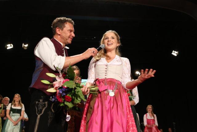 Am Wahlabend nach der Krönung auf der Bühne der Alten Kongresshalle in München mit BR-Moderator Roman Röll