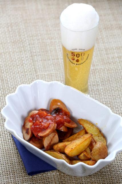 Currywurst und -Sauce und Kellerbier