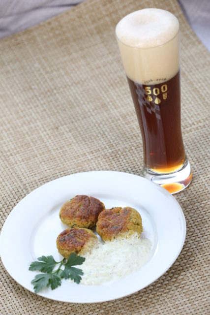 Falafel mit Joghurt-Gurken-Sauce und dunklem Weißbier-3