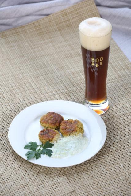 Falafel mit Joghurt-Gurken-Sauce und dunklem Weißbier