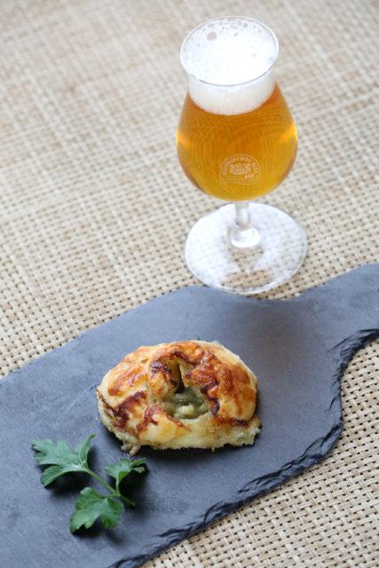 Mini-Croissant mit Roquefort und Birne und Imperial Pale Ale