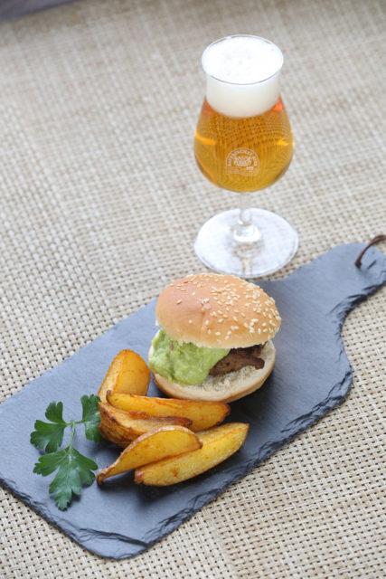 Miniburger mit Guacamole und Pale Ale