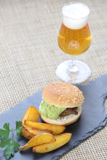 Miniburger mit Guacamole und Pale Ale-2
