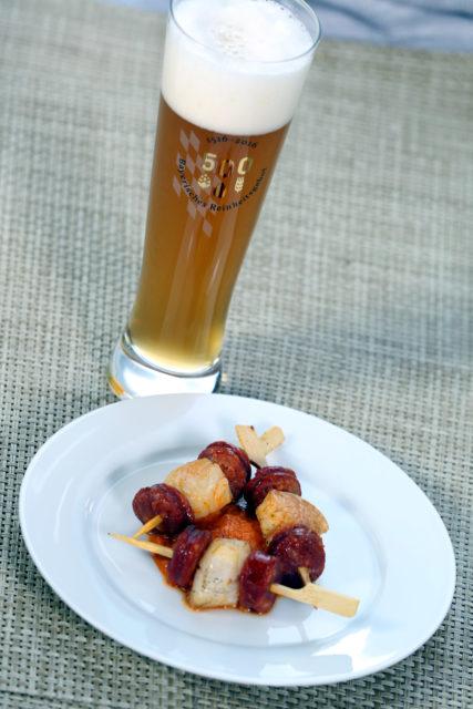Minispieße mit Jakobsmuscheln und Chorizo und hellem Weißbierbock