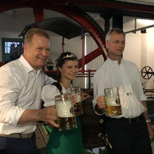 Andreas Steinfatt (li., Geschäftsführer, Paulaner Brauerei GmbH & Co KG), Bayerische Bierkönigin 2017/ 2018 Lena Hochstraßer, Martin Zuber (Geschäftsführer der Brauerei im Eiswerk)