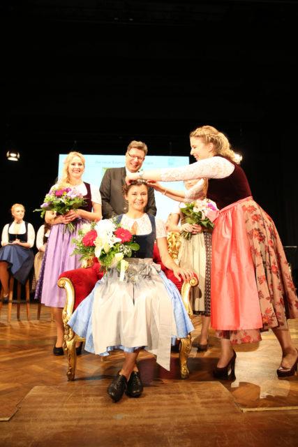 Bayerische Bierkoenigin 2017-2018 Lena Hochstrasser übernimmt die Krone von Sabine-Anna Ullrich-BayerBierkoe 2016-2017_1
