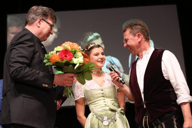 Abschied von der Bayerischen Bierkoenigin 2017-2018 Lena Hochstrasser mit Moderator Roman Roell und Brauer-Praesident Georg Schneider