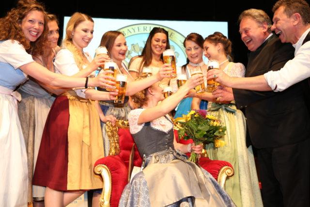Bayer Bierkoenigin 2018-2019 Johanna Seiler mit allen bisherigen Bayer Bierkoeniginnen_Dr L Ebbertz_Staatsmin aD Helmut Brunner_Roman Roell-2
