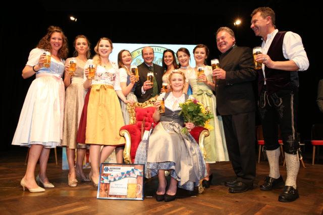 Bayer Bierkoenigin 2018-2019 Johanna Seiler mit allen bisherigen Bayer Bierkoeniginnen_Dr L Ebbertz_Staatsmin aD Helmut Brunner_Roman Roell