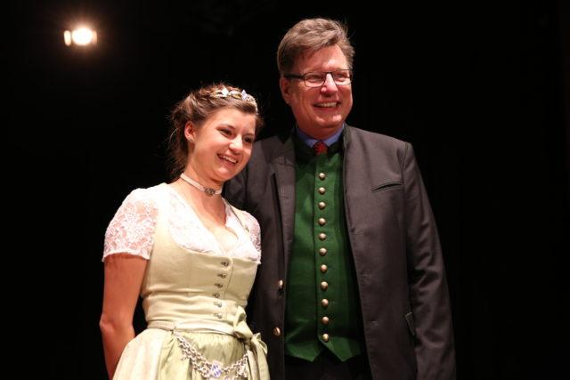 Bayer Bierkoenigin Lena Hochstrasser 2017-2018 mit Brauer-Praesident Georg Schneider
