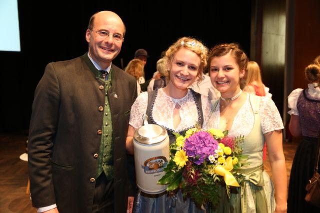 Bayerische Bierkoenigin 2018-2019 Johanan Seiler mit Dr. Lothar Ebbertz u ihre Vorgängerin Lena Hochstrasser