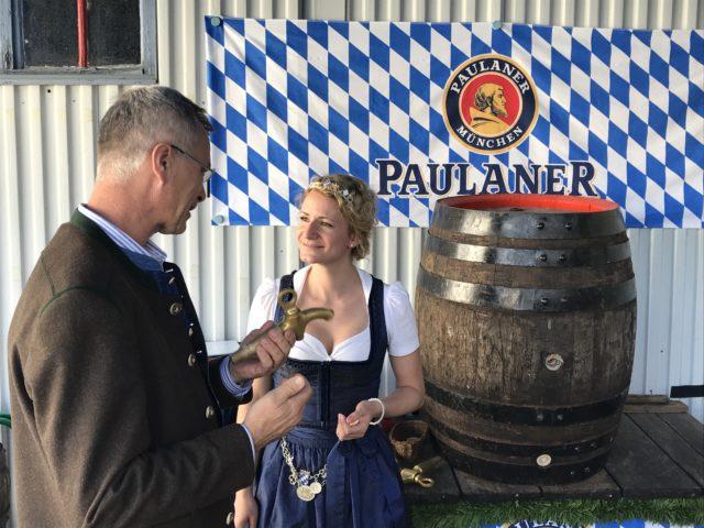 Einweisung beim Anzapfen_Martin Zuber und Bayer Bierkoenigin Johanan Seiler